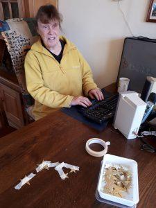 Tinah achter haar computer
